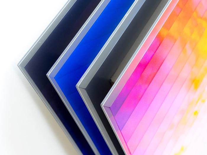 Работы Дэна Маркер-Мура крепятся на металлической основе.