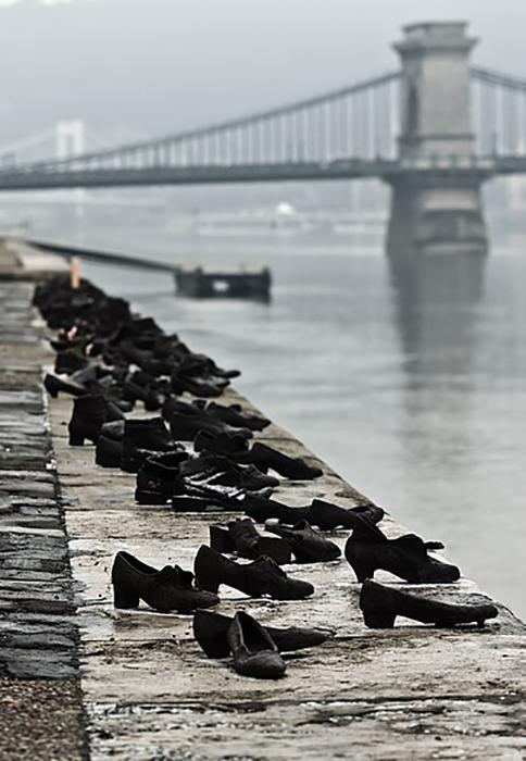 Из чугуна отлито 60 пар обуви - старой, изношенной, такой, какую носили в 1940-х.