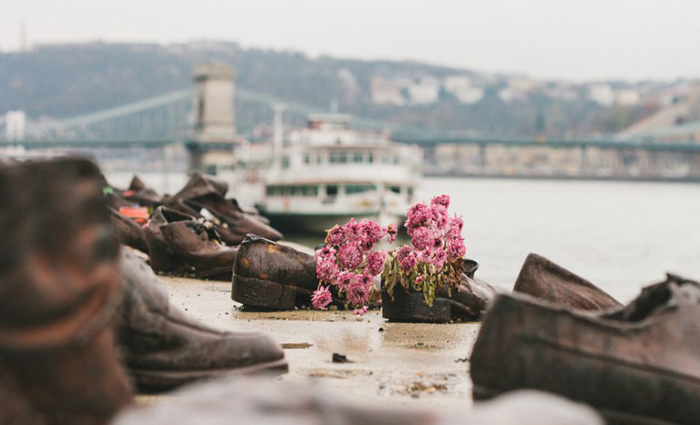 https://kulturologia.ru/files/u18046/danube-shoes-5.jpg