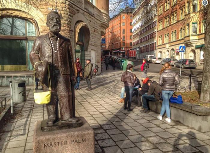 Сумочки на статуях стали появляться, чтобы поддержать установку памятника Дануте.