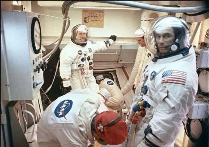 Команда астронавтов перед запуском модуля.