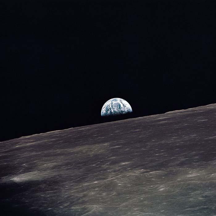 Восход Земли над лунным горизонтом (сфотографировано экипажем корабля «Аполлон-10»).