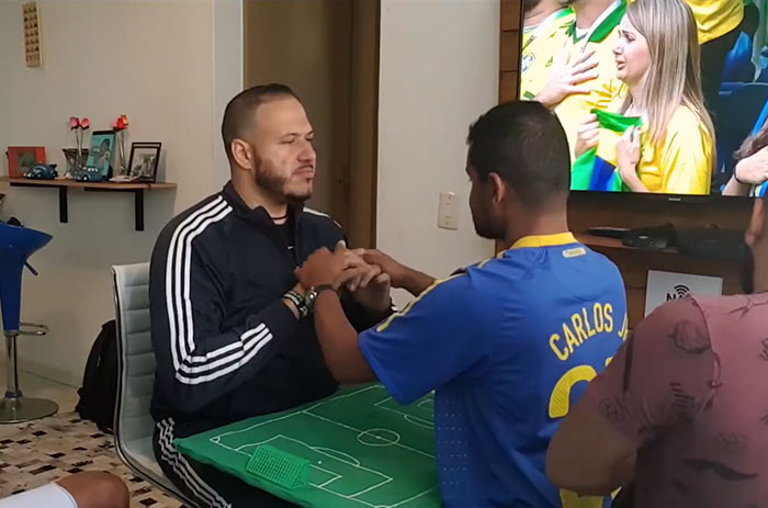 С помощью мини-поля, сделанного собственными руками, друзья помогли Карлосу *увидеть* матчи.