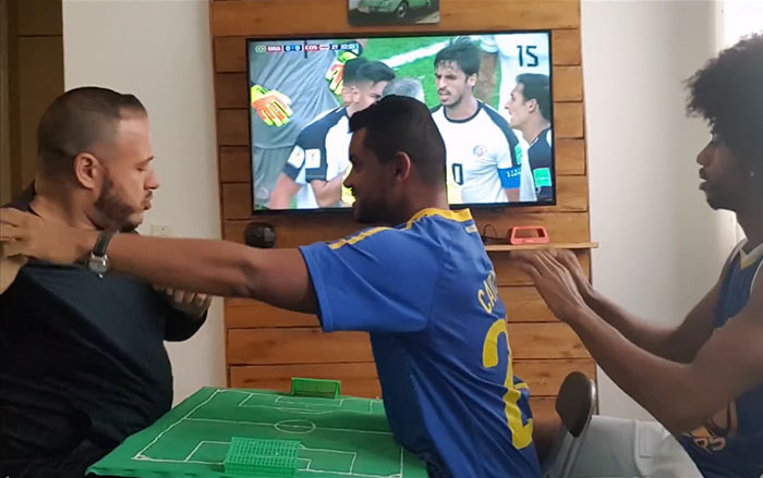 Карлон не может видеть и слышать, однако ему все равно интересно, что происходит на поле, когда играет сборная его страны.