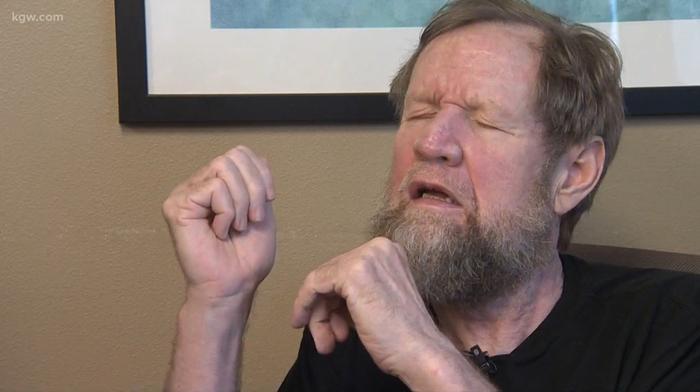 Тим потерял слух и зрение, однако еще может общаться вербально.
