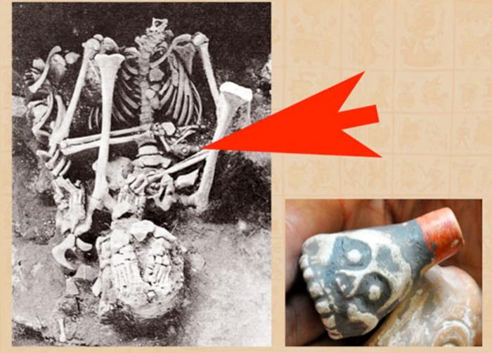 Останки человека, погребенного со свистком смерти в руках.
