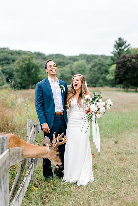 Оленя привлек букет невесты.