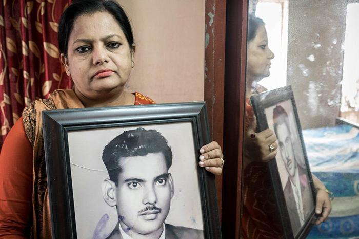 Сурайя Парвин держит фотографию своего отца. Фото: Amirul Rajiv.