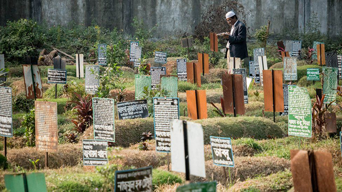 На могилах устанавливают таблицы с именами. Через два года на их месте будут уже другие таблицы с другими именами.  Фото: Amirul Rajiv.
