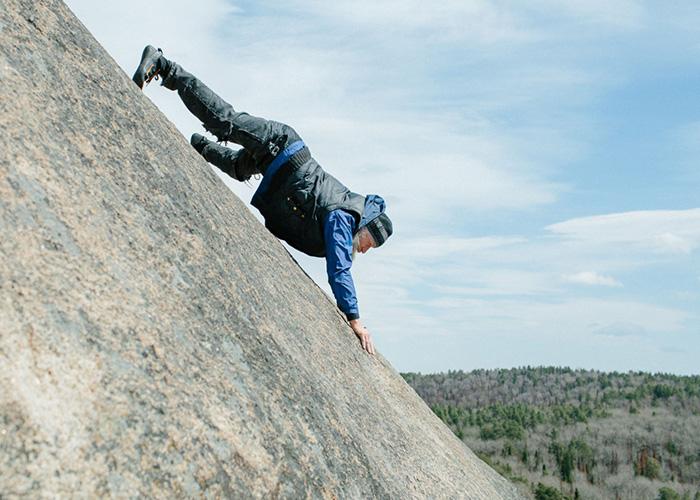 Андрей Дидух занимается скалолазанием без страховки. Фото: Ксения Иванова.