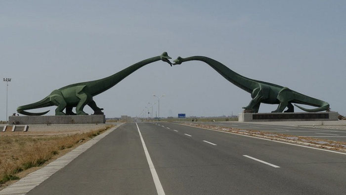 Целующиеся бронтозавры.