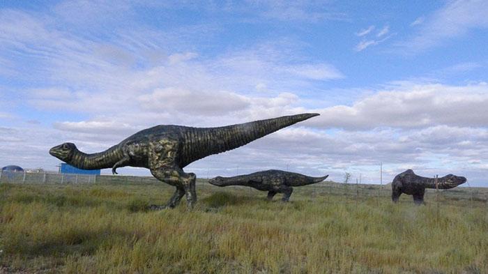 Динозавры в пустыне.