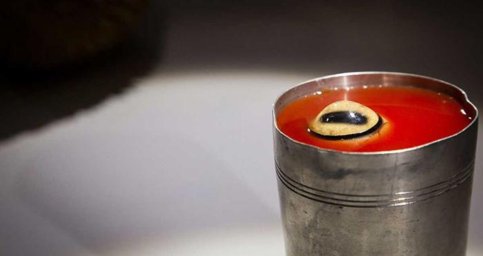 Порция сока с глазом овцы. Такой сок популярен в Монголии как средство от похмелья.