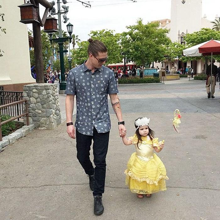 Папа с маленькой принцессой.  Instagram: dilfs_of_disneyland.