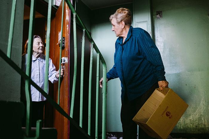 Галина Яковлева посещает как дома престарелыÑ, так и оÑ'Ð´ÐµÐ»ÑŒÐ½Ñ‹Ñ Ð¶Ð¸Ñ'елей города. Фото: Наталья Булкина.