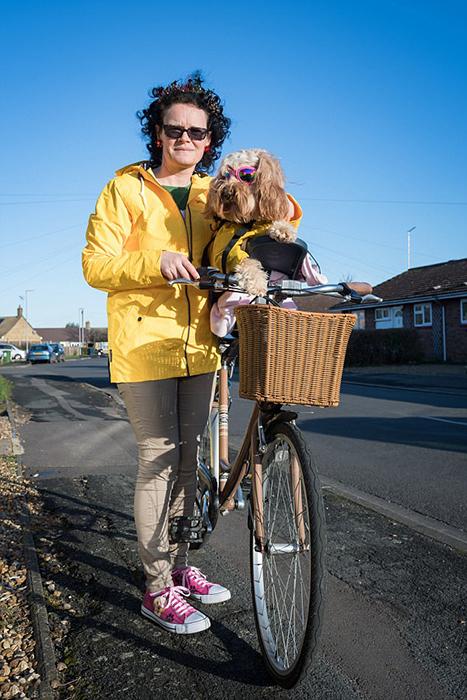 Елена признается, что везде старается ходить вместе с Лолой, и даже купила для нее специальную корзинку для велосипеда.