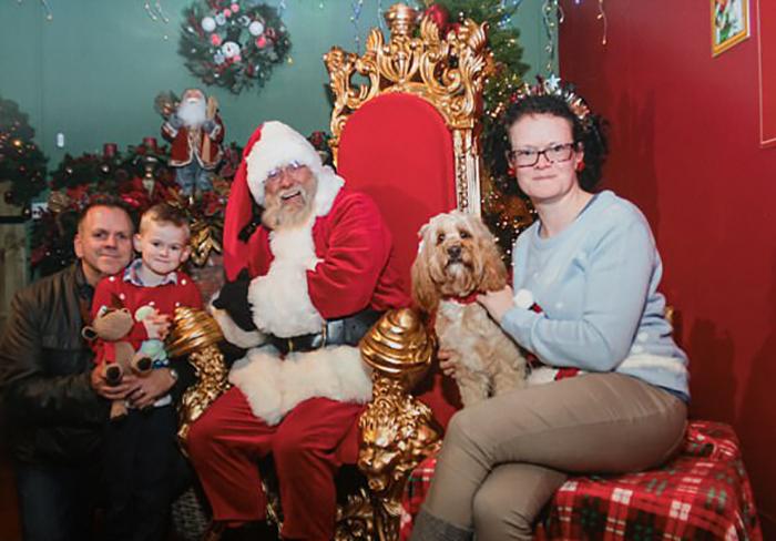 Семейные фотографии не обходятся без любимой собаки.