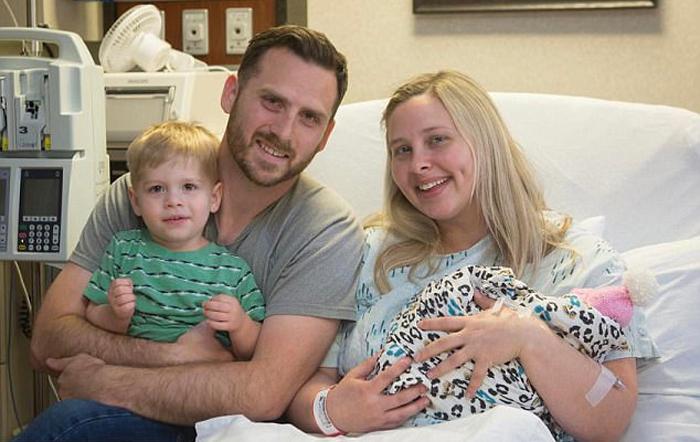 Кери и Ройс вместе со своим сыном и дочерью, прожившей всего один день.