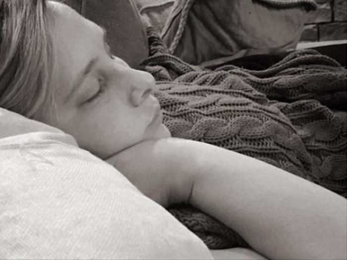 Спящая Кери, сфотографированная ее мужем Ройсом. *Я восхищаюсь своей женой и ее решимостью.*