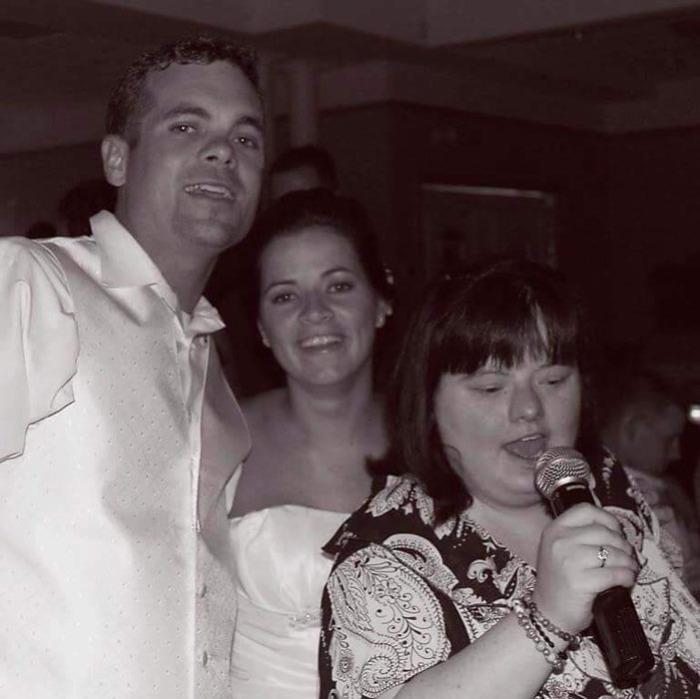 Дина поет на свадьбе своей сестры Джули.  Фото: JuleD Photography.