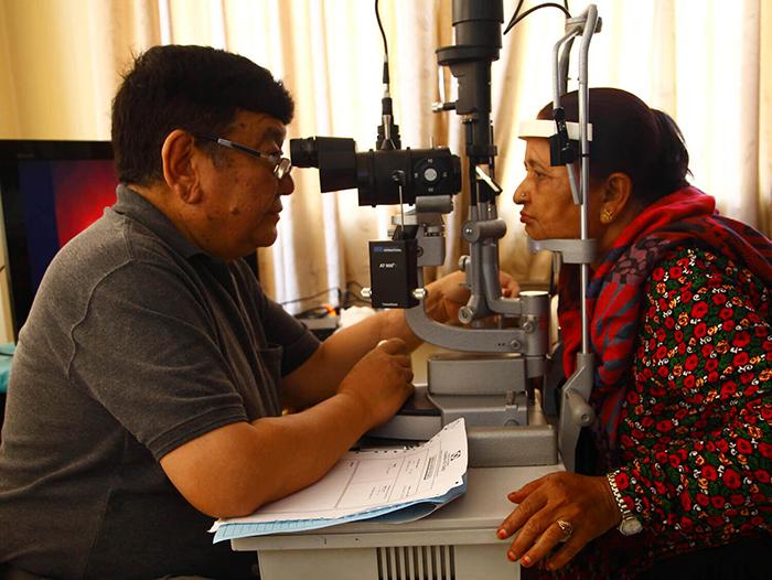 Доктор Руит изобрел способ замены хрусталика глаза на искусственную линзу.