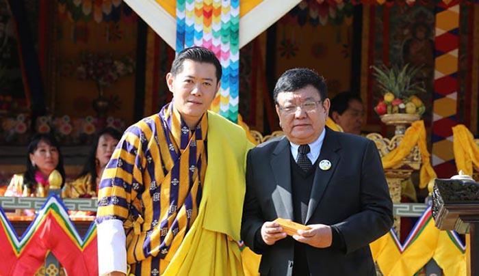 Доктор Руит принимает награду от короля Бутана.