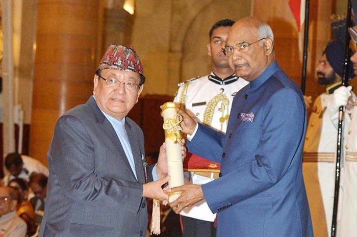 Президент Индии вручает награду доктору Руиту.