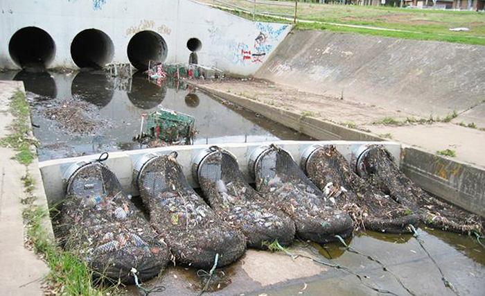 Власти Куинана планируют вскоре поставить подобные сети на все трубы ливневой канализации.
