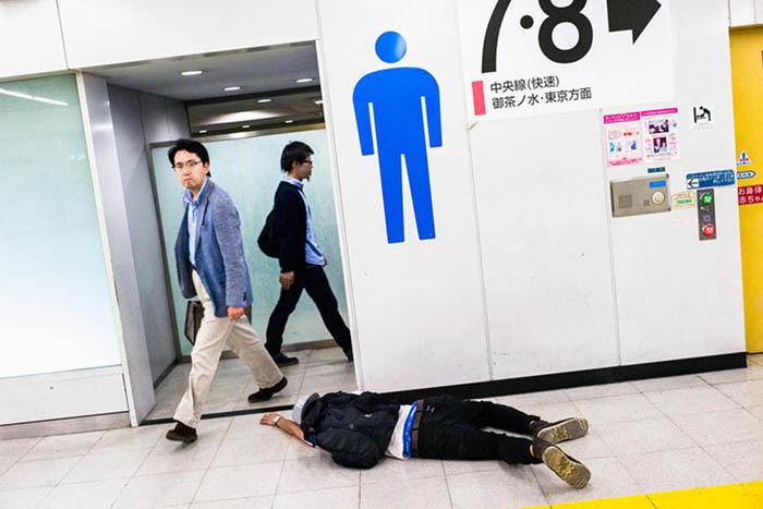 Почти добрался до туалета, но на полпути коварное саке не дало идти дальше. Фото: Lee Chapman.