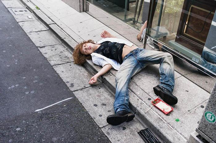 Увидеть заснувших на улице пьяных людей в Японии - обычное дело.  Фото: Lee Chapman.
