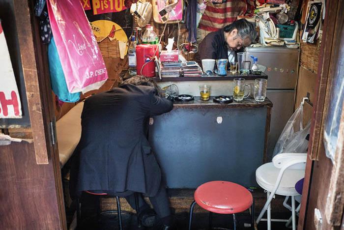 Вечер задушевных разговоров плавно перетек в сонное утро на стуле.  Фото: Lee Chapman.