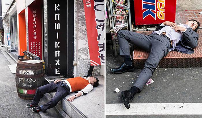 Пьяные японцы, заснувшие на улице.