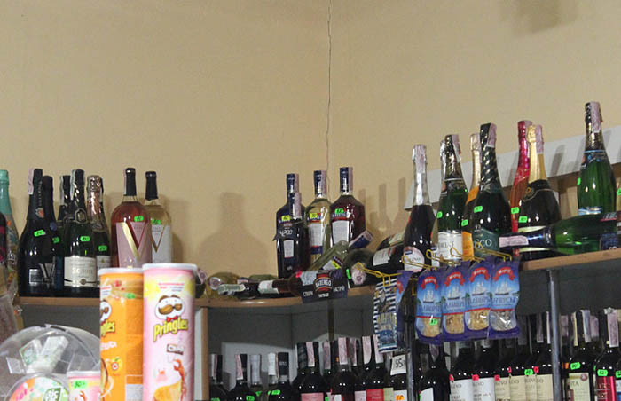 Особенно енотам приглянулся алкоголь.