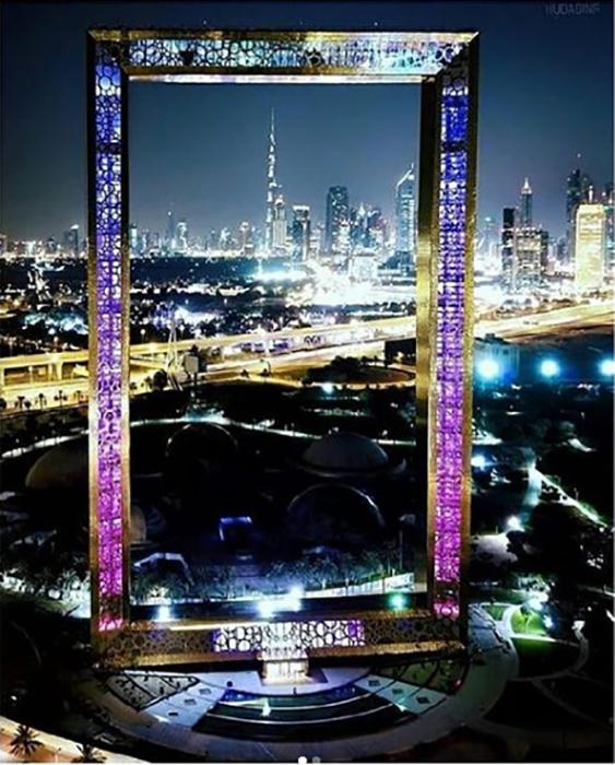 Рамка Дубая ночью подсвечивается различными цветами.