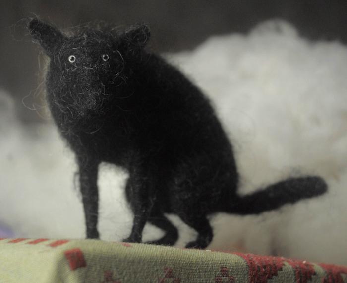 злой и страшный серый волк: войлочная скульптура Виктора Дубровского.