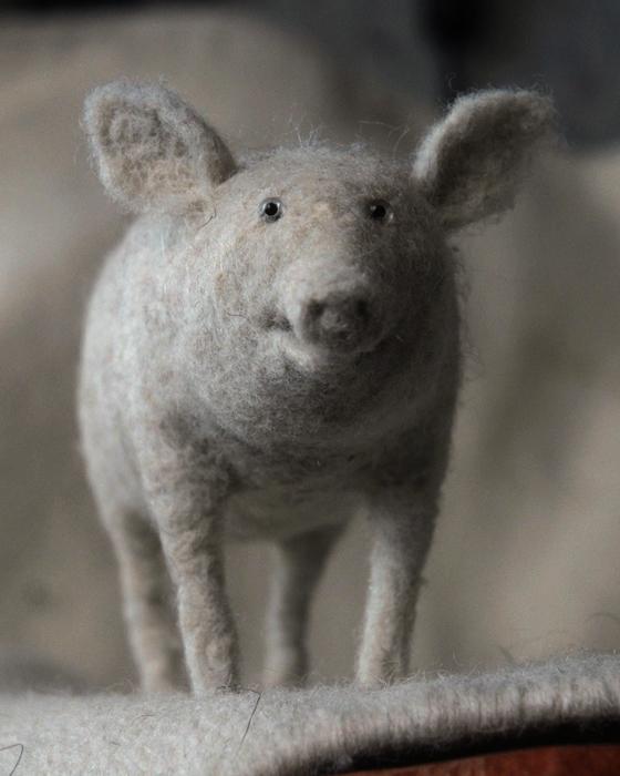 Милая домашняя свинка, свалянная из шерсти.
