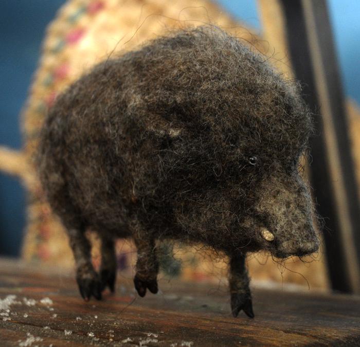 Скульптурка дикого кабана, свалянная из натуральной шерсти.