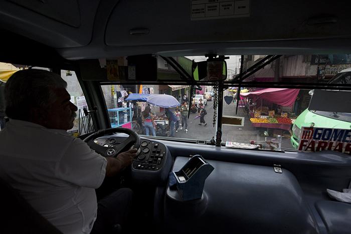 Водитель автобуса едет в центр Мехико. Именно на такие автобусы чаще всего совершают нападения в Мексике.