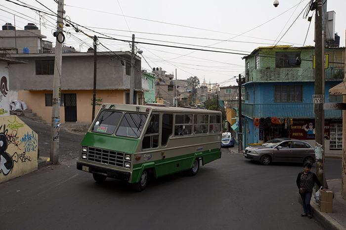 Большинство ограблений совершаются на улице, но часто страдают также и пассажиры автобусов.