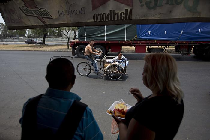 Люди на остановке автобуса в районе Истапалапа, в котором с мая 2019 началась новая программа по защите жителей от ограбления.