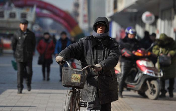 Китаец более 30 лет помогает финансировать обучение бедных детей.