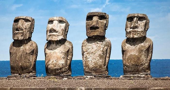 На острове насчитывается более 900 статуй.