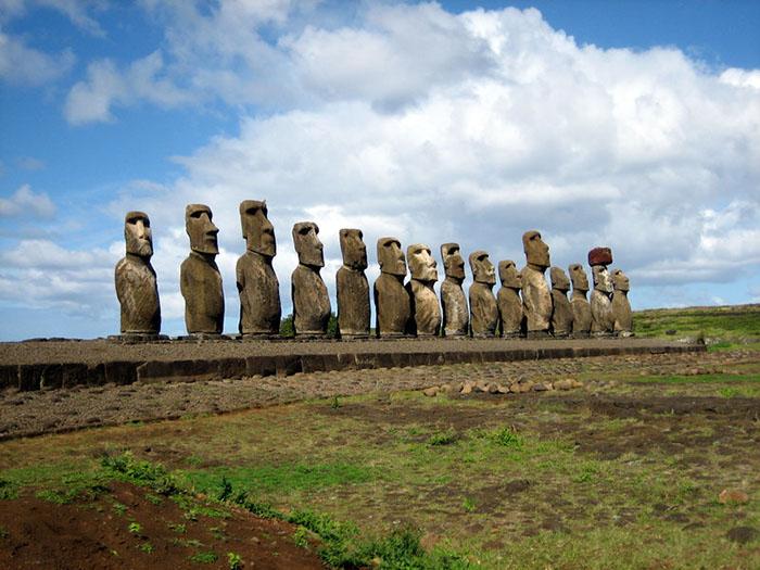 Статуи высечены из вулканических пород.