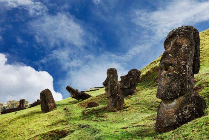 Долгое время люди думали, что статуи состоят только из голов, так как нижняя часть моаи была погружена под землю.