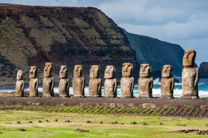 Статуи моаи на острове Пасхи.