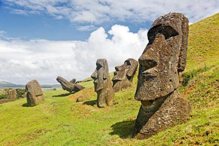 Карл Липо считает, что статуи могли обозначать источники питьевой воды на острове.