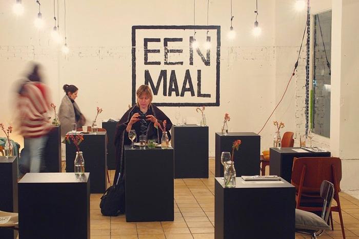 Eenmaal - ресторан для одиночных посетителей.