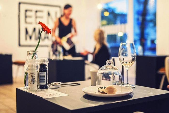 Минималистический интерьер ресторана Eenmaal.