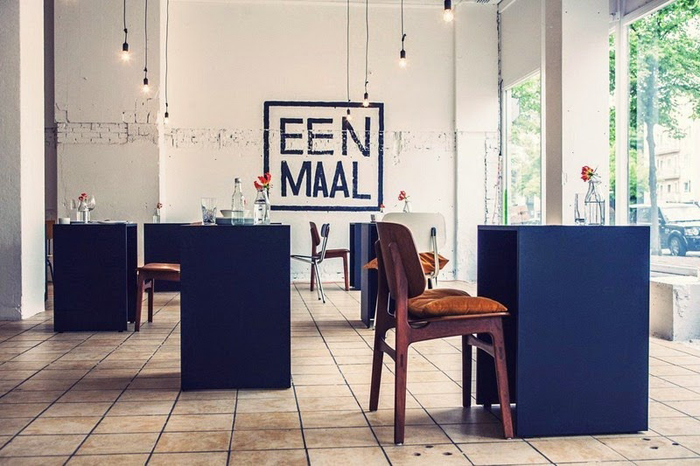 Стильный ресторан для тех, кто хочет поесть в одиночестве.