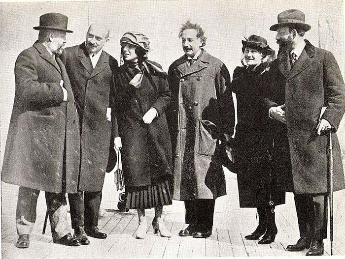 Альберт Эйнштейн со своей женой и будущий президент Израиля Хаим Вейцман в составе сионистской делегации в США в 1921 году.
